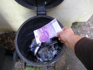 jeter de l'argent à la poubelle