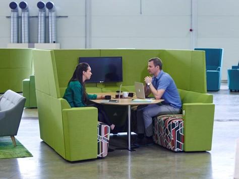 Espace coworking avec cabine acoustique
